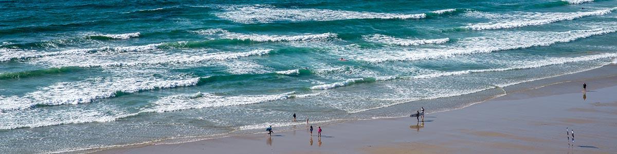 surfeurs à la baie des trépassés