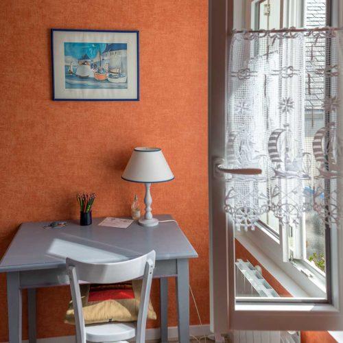 location-loctudy.net - chambre table fenêtre